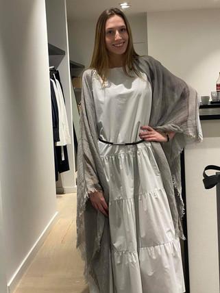 designermode lente en zomer 2021 lange witte jurk met pashmina
