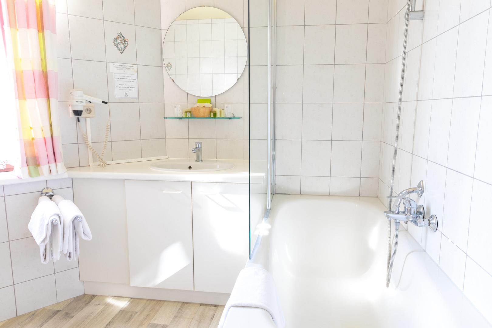 Zonnige en lichtrijke badkamer met bad en douche bij Hostellerie Beau Site in Trois-Ponts