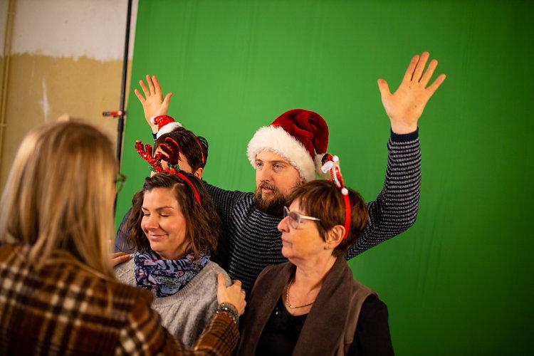 Man en twee vrouwen poseren voor de green screen tijdens Kerstmis in Tongeren