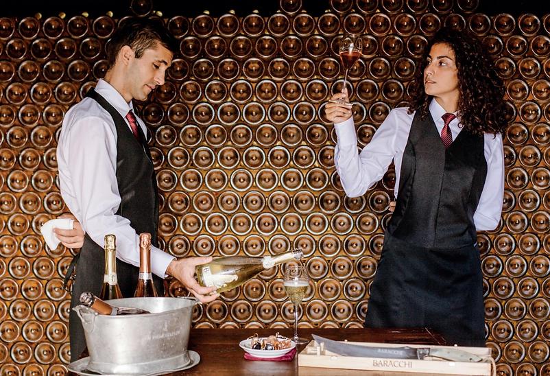 Twee obers dragen gepaste bedrijfskleding