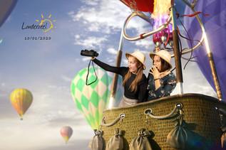 Twee vrouwen in een luchtballon voor de green screen photobooth
