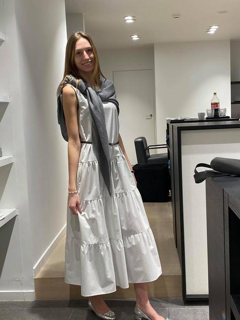 designermode lente en zomer 2021 tricot trui op witte lange jurk