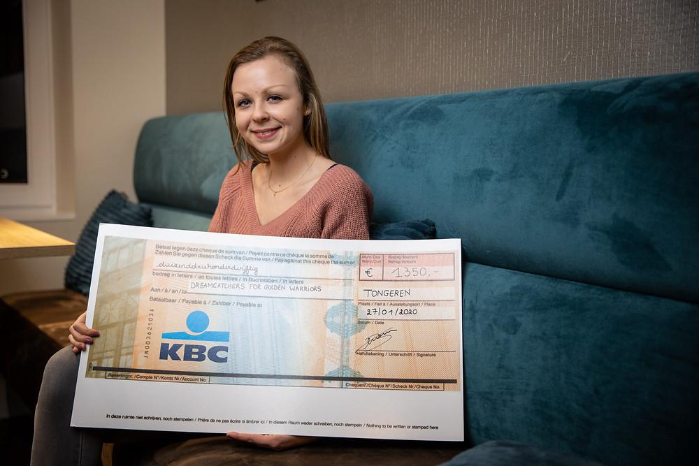 Kaat Swartebroeckx met een cheque van 1.350 euro die ze ontving van Meerskat.