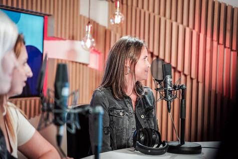 Kim van Top Pops in de studio van Radio2 Limburg.