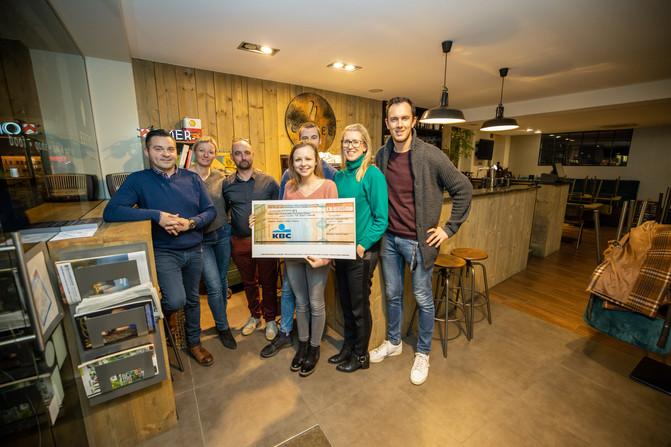 Peter Muziek, Liesbeth Vanhay, Benny Thonon, Kaat Swartebroeckx, Patricia Segers en Michael Meers overhandingen de cheque van de green screen photobooth van Meerskat