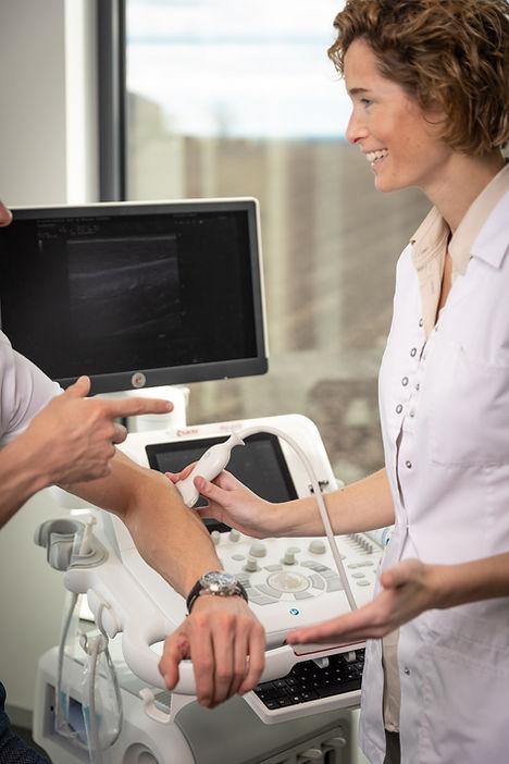 Dokter Leonie Geukens met een patiënt
