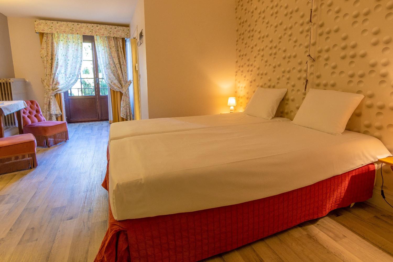 Ruime tweepersoonskamer bij Hostellerie Beau Site met parketvloer
