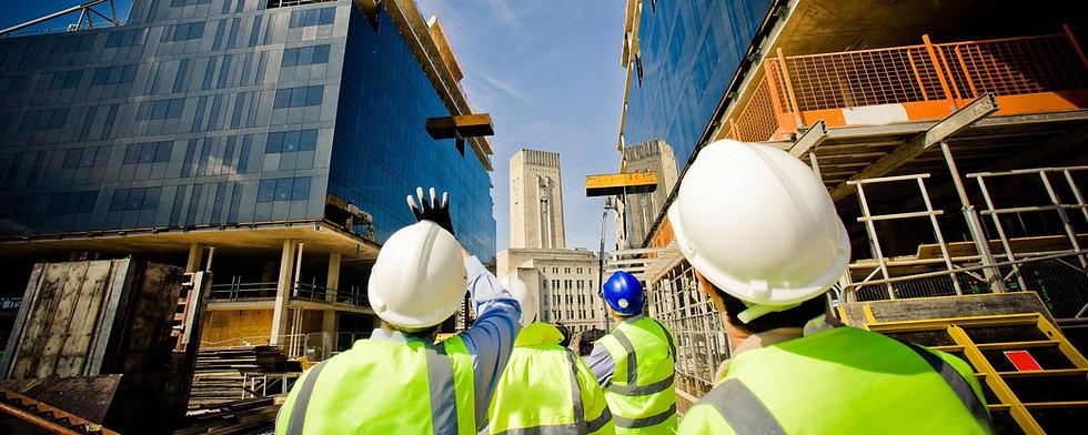 Mensen in de bouwsector met gele hesjes