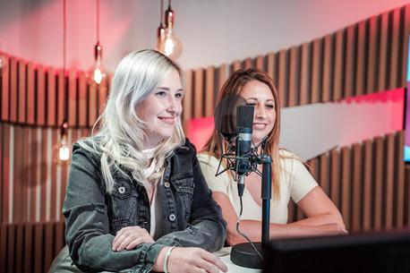 Ine en Teresa van Top Pops in de studio van Radio2 Limburg.