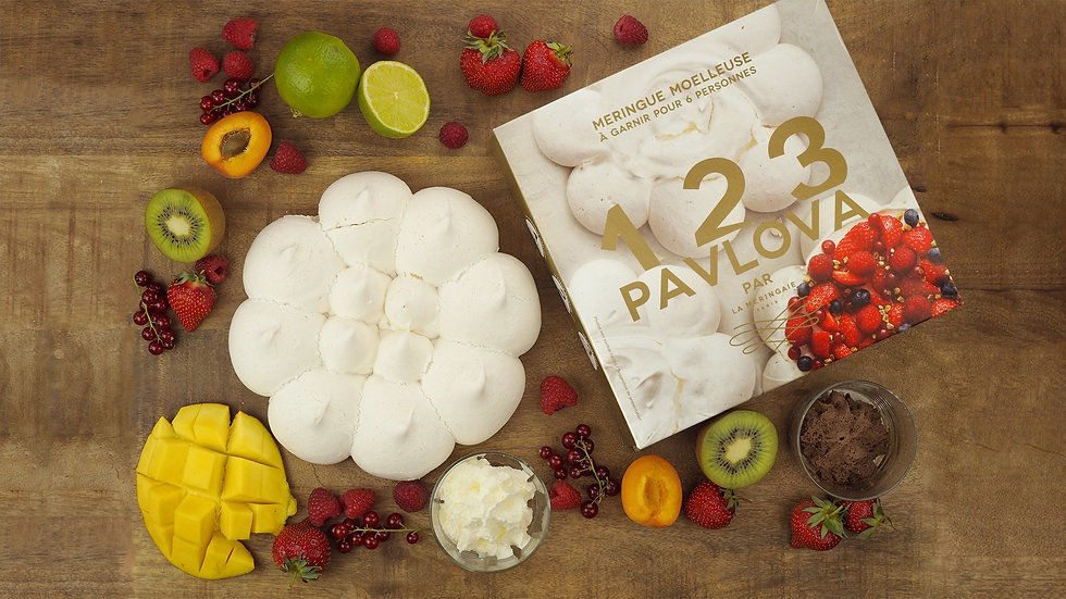 Meringue 123 Pavlova avec crème fouettée, fruits rouges et exotiques