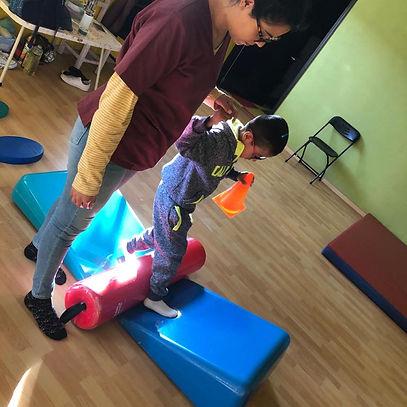Ninos Felices - Boy getting Physiotherap
