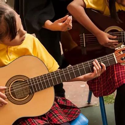 Ninas - Girls on Guitar.webp