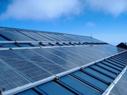 山小屋の屋根に設置のソーラーパネル