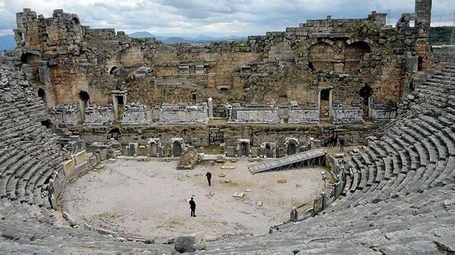 KÜLTÜR ve Turizm Bakanlığı'nca dünyanın en görkemli antik kentlerinden, M.S. 2'nci yüzyıla ait olduğu düşünülen, 13 bin kişilik Perge Antik Tiyatrosu'nun restorasyonu için 3 milyon TL ödenek ayrıldı. Tarihi zenginliğe sahip tiyatro, ilk kez restore edilecek.