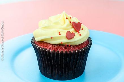 Cupcake Red Velvet recheado com geléia de morango artesanal e cobertura de cream cheese, para presente do dia dos namorados com amor e carinho
