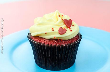 Cupcake Red Velvet Dia dos Namorados com recheio de geléia artesanal de morango e cobertura de cream cheese e decoração de corações em pasta americana