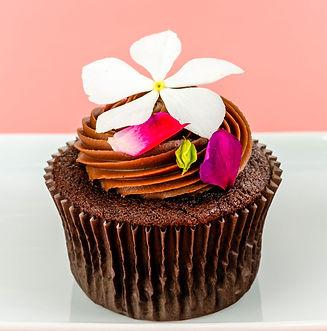 Cupcakes artísticos decorados com flores comestíveis para presente no dia dos namorados