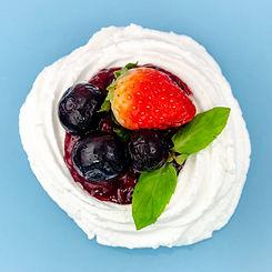 Doce artístico Pavlova de frutas vermelhas e cheesecake especial para o dia dos namorados para presente criativo, saboroso e especial