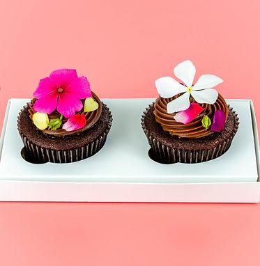 Cupcakes artísticos decorados com flores comestíveis para presente no dia dos namorados para momentos de amor e carinho