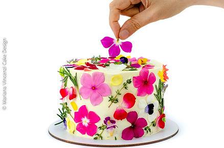 Bolo artístico espatulado com flores comestíveis para o dia das mães