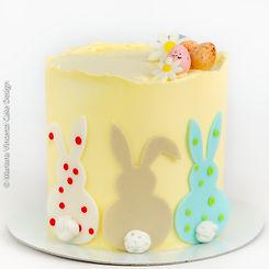 Bolo Temático de Páscoa com Coelho de Páscoa e Ovos de Páscoa em modelagem 2D feito a mão