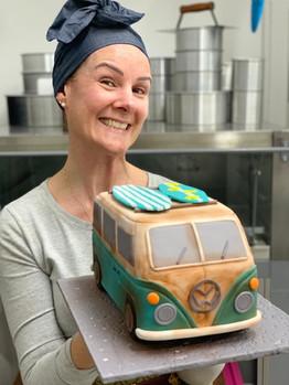 Bolo 3D esculpido modelado em forma de carro Kombi antiga, arte esculpida em bolo de pasta americana