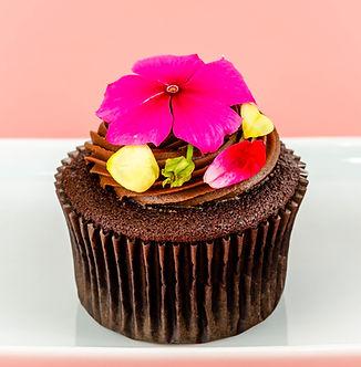Cupcakes artísticos decorados com flores comestíveis para presente no dia das mães