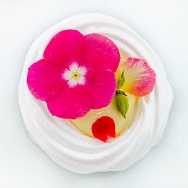 Doce artístico Pavlova com flores comestíveis para presente de dia das mães