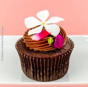 Cupcake de chocolate com flores comestíveis