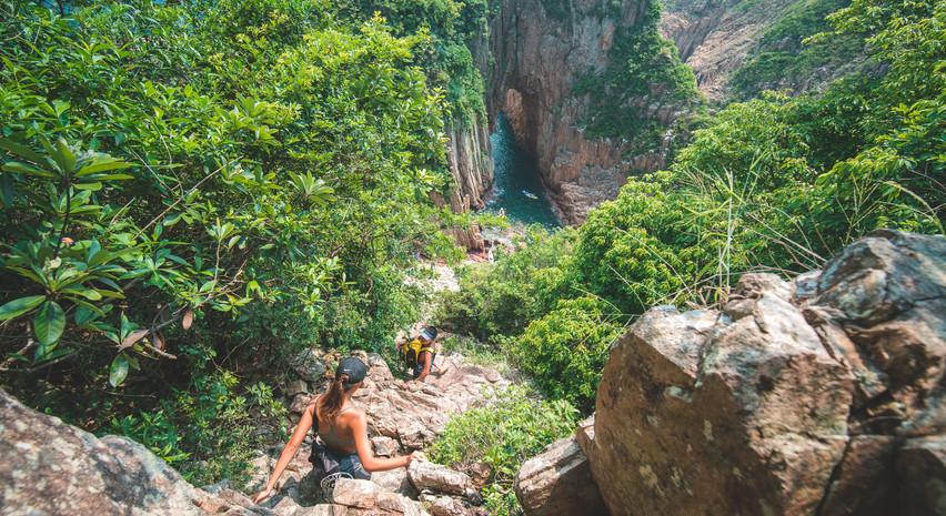 上落吊鐘洞斜坡需要徒手攀爬