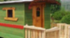 petite roulotte en bois, peinte