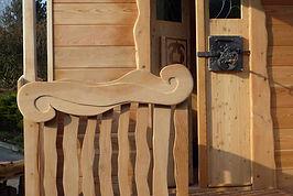 Roulotte à thèmeen bois, balcon en cèdre