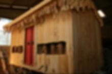 temple boudhiste avec moulins à prières en bois