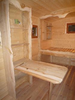 Interieur roulotte table de berger