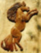 sculpture de cheval cabré en orme pour une porte de roulotte