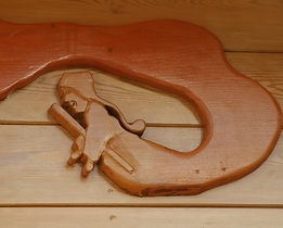 Contour de porte de roulotte sculpté sur le thème de Guignol pour une roulotte à thème