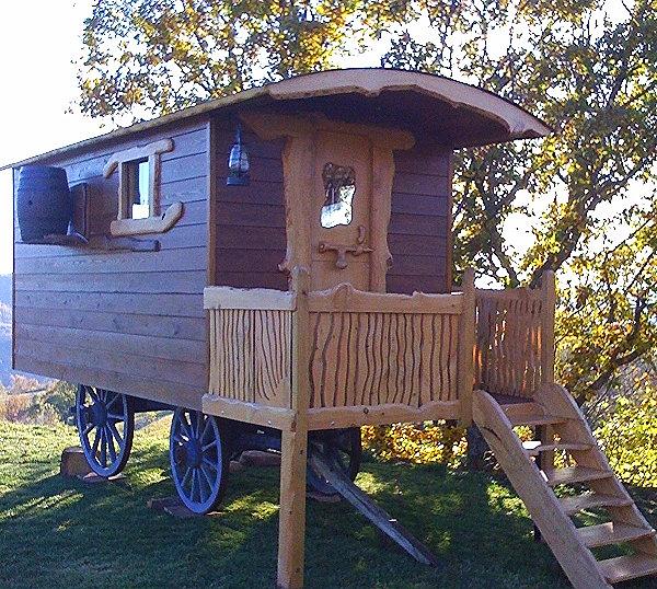 roul r ve vente et fabrication de roulottes artisanales en bois roulotte roues bois en t. Black Bedroom Furniture Sets. Home Design Ideas
