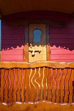 Balcon de roulotte peinte, en cèdre
