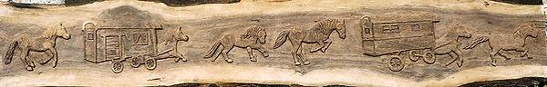 Frise sculptée en noyer avec un motif de chevaux et roulottes en mouvement