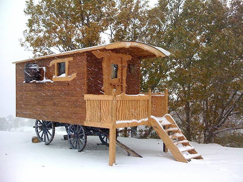 Roulotte roues bois en hiver