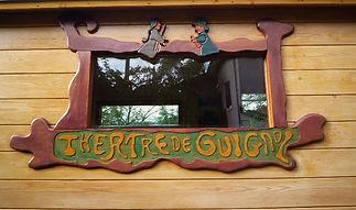 Contour de fenêtre de roulotte sculpté à l'effigie de Guignol