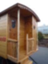 Balcon fixe avec entrée sur le coté et toilettes sèches à l'extérieur pour une petite roulotte