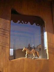 Porte de roulotte ornée d'un petit cheval sculpté, cèdre