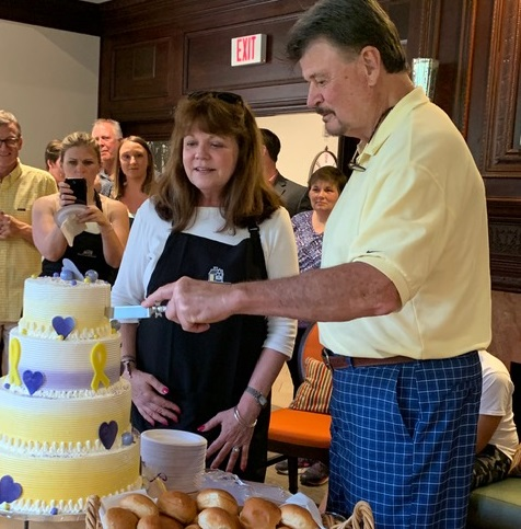 JoAnne & Jeff McTague cut the cake