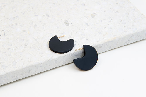 3/4 circle minimalistic earrings with black porcelain piece