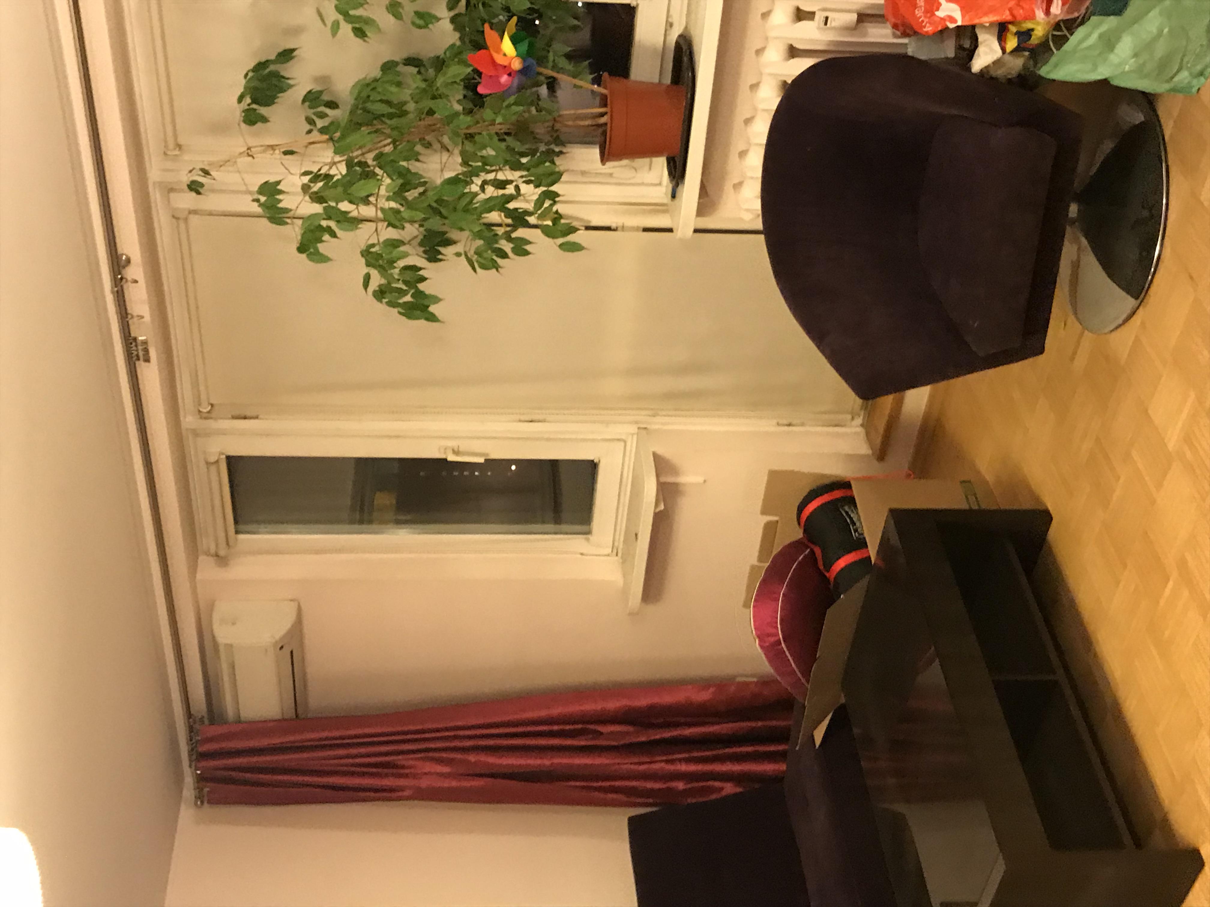widok na okno balkonowe w pokoju