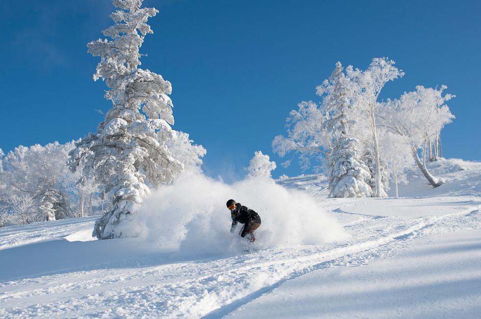 snowboarder-rides-through-white-room-niseko-japan