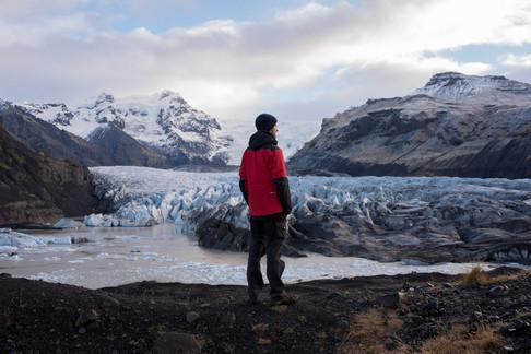man-stand-looking-at-vatnajökull-glacier-iceland