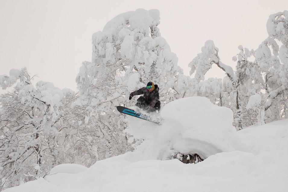snowboarder-grabs-board-over-pillow-rusutsu-japan