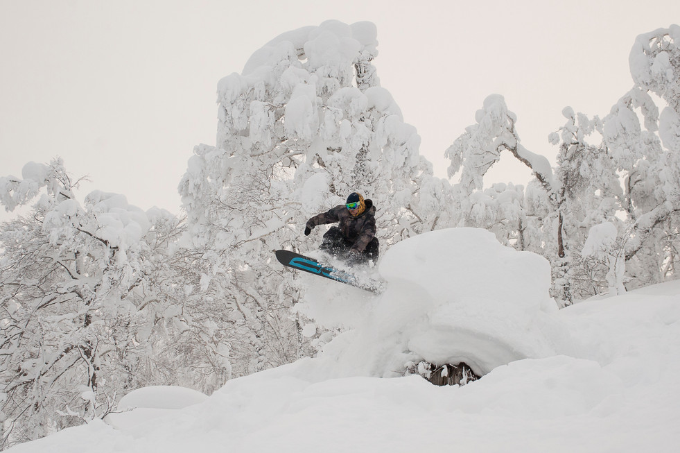 snowboarder-grabs-board-over-pillow-rusutsu-japan
